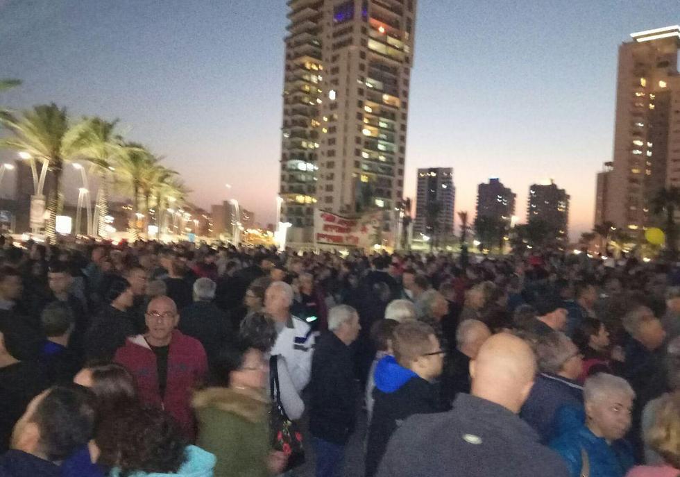הפגנת תושבי אשדוד מחוץ לבניין העירייה ()
