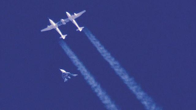 החללית והמטוס שנשא אותה, רגע לאחר ההיפרדות (צילום: וירג'ין גלקטיק)