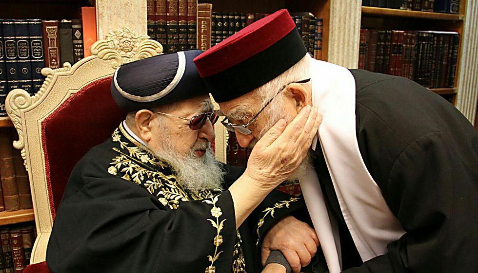 """הרב יהושע ממן עם הרב עובדיה יוסף. """"קשרי ידידות אמיצה"""" (צילום: יעקב כהן)"""