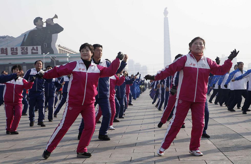 הצפון קוריאנים ישלחו למשחקים האולימפיים בדרום מעודדים שייבחרו בקפידה שיגידו את המסרים הנכונים. שיעור התעמלות-מוזיקה המוני בפיונגיאנג (צילום: AP) (צילום: AP)