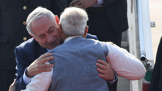 Netanyahu embraced by Modi as he arrives in India (Photo: AFP)