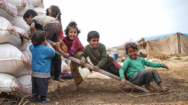 שבע שנות מלחמה מדממת. ילדים סורים שנעקרו מבתיהם באזור אידליב (צילום: EPA)