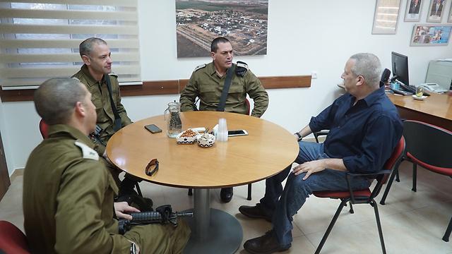 """בפגישה עם ראש מועצת אשכול (צילום: דובר צה""""ל)"""