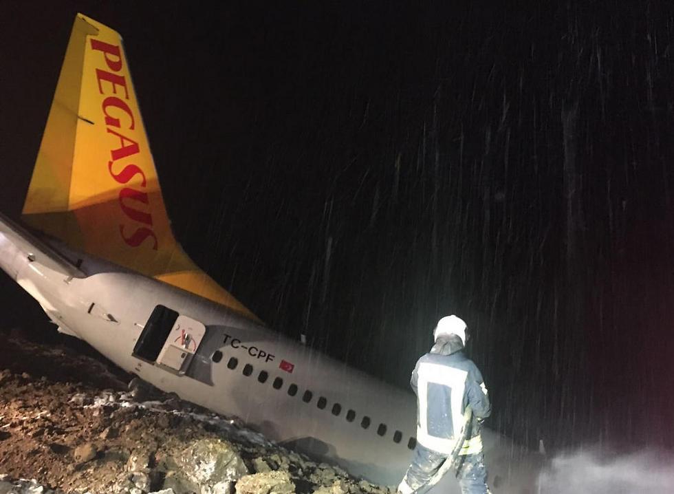 כוחות החילוץ בשטח זמן קצר לאחר שהמטוס החליק במצוק (צילום: EPA) (צילום: EPA)