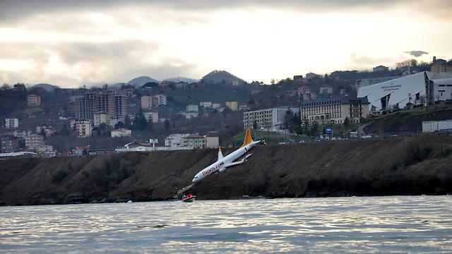 זווית נוספת של המטוס לאחר התאונה (צילום: רויטרס) (צילום: רויטרס)