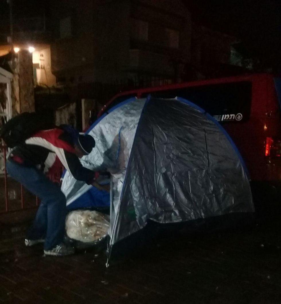 """אוהלים מחוץ לביתו של חיים כץ בשוהם (צילום: """"הנכים הופכים לפנתרים"""") (צילום:"""
