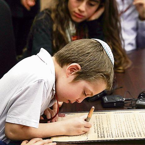 בחתימת ידנו. הדור הצעיר חותם