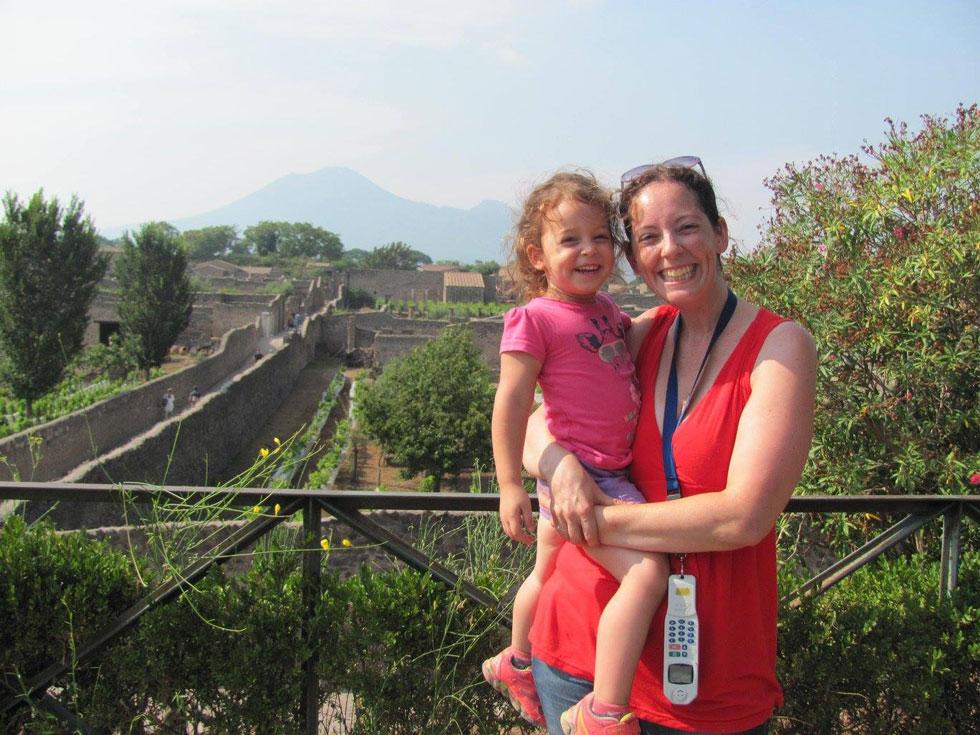 """עם הבת סופי בפומפיי, איטליה. """"החלטנו לוותר על דברים מסוימים כדי שנוכל להרשות לעצמנו את הטיולים האלה""""  (צילום: טליה קליין פרז)"""