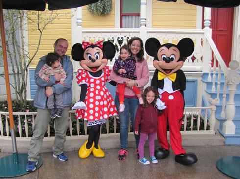 """המשפחה ביורודיסני בפריז. """"חשוב לנו לא להיות חומרניים"""" (צילום: טליה קליין פרז)"""
