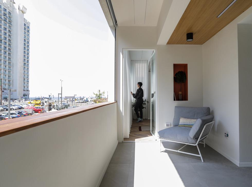 המרפסת הפונה לכיוון דרום-מערב, אל הים. לאה גולדברג, שהתגוררה ברחוב הקטן, הקדישה לו את ספרה ''ידידי מרחוב ארנון'' (צילום: עדי כהן צדק)