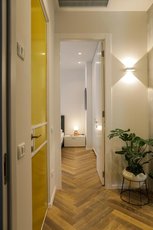 המבואה בכניסה לחלק הפרטי בדירה, המובילה אל חדרי השינה. הדלת הצהובה היא דלת חדר הרחצה הכללי (צילום: עדי כהן צדק)