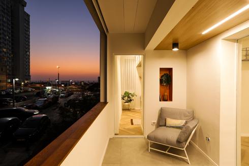 שקיעה נוגה. מבט ממרפסת הדירה לכיוון הים בשעת ערב  (צילום: עדי כהן צדק)