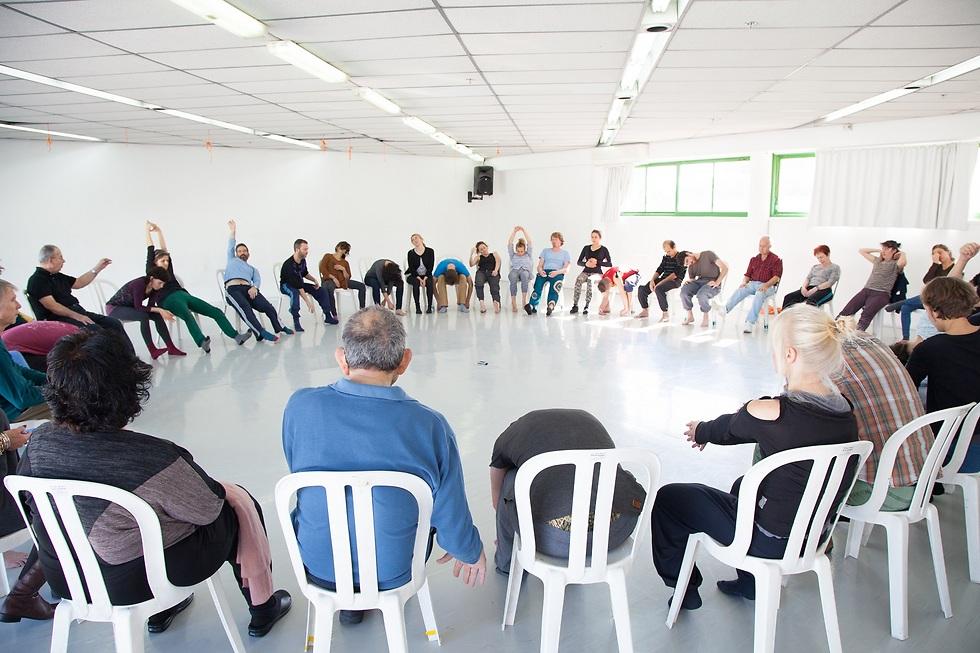 בכל שיעור, לצד המורה, קיים צוות של מתנדבים ורקדנים שתומכים במהלך השיעור. (צילום: תמר לם) (צילום: תמר לם)