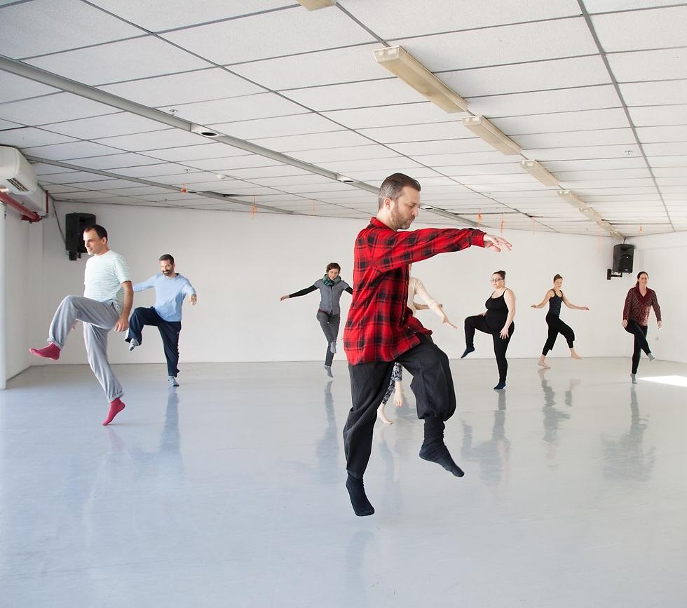 בלב העשייה שובץ שיעור מחול חד-שבועי שהועבר על ידי רקדן לאנשים שחולים עם פרקינסון בארץ ובגרמניה (צילום: תמר לם) (צילום: תמר לם)