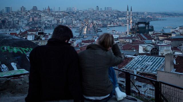 זוג משקיף על הבוספורוס באיסטנבול (צילום: gettyimages) (צילום: gettyimages)