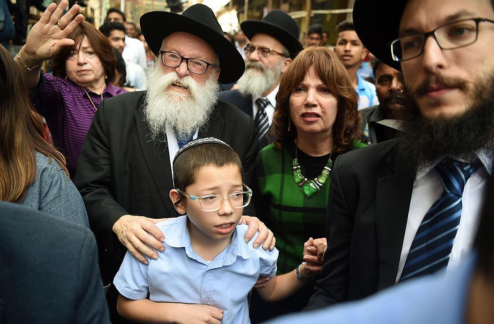 מוישי הולצברג ביקר לראשונה במקום שבו נרצחו הוריו, אתמול (צילום: AFP) (צילום: AFP)