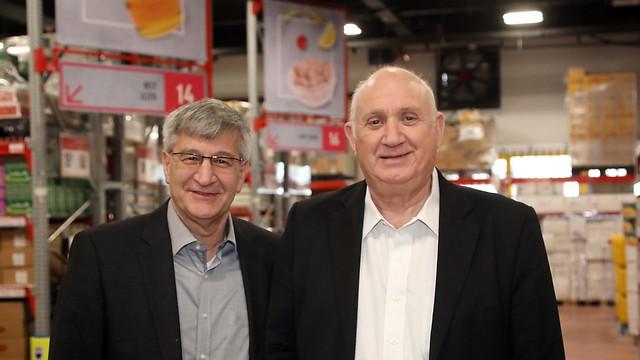 """ישראל ברמן (משמאל), יו""""ר שופרסל, ואיציק אברכהן, מנכ""""ל שופרסל (צילום: סיון פרג') (צילום: סיון פרג')"""