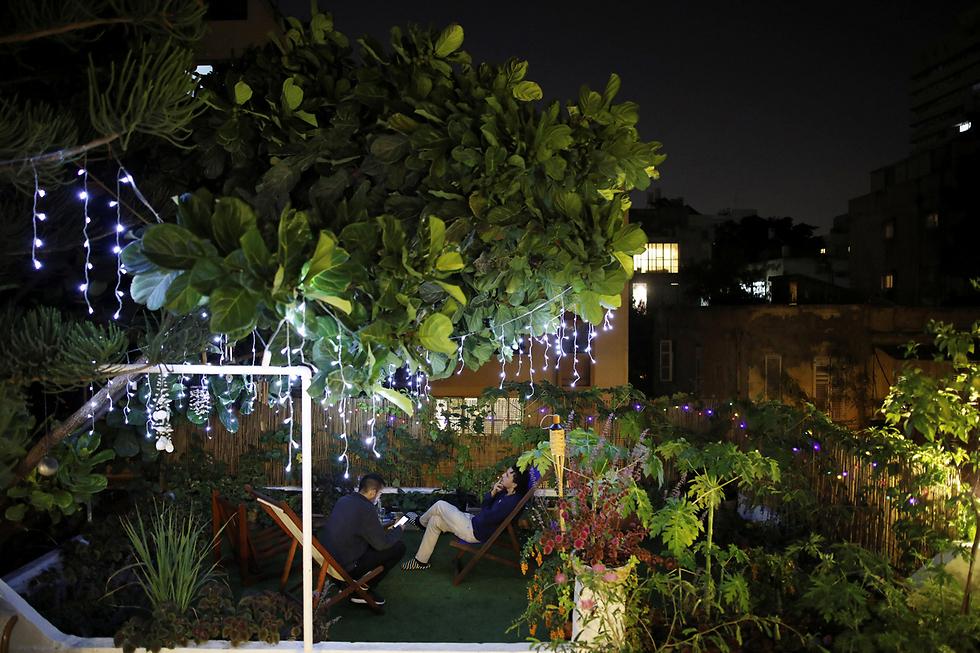 אורי גרוסברד (27) ותומר לולו (27) מעבירים ערב על גג סמוך לדירתו של אורי (צילום: רויטרס) (צילום: רויטרס)