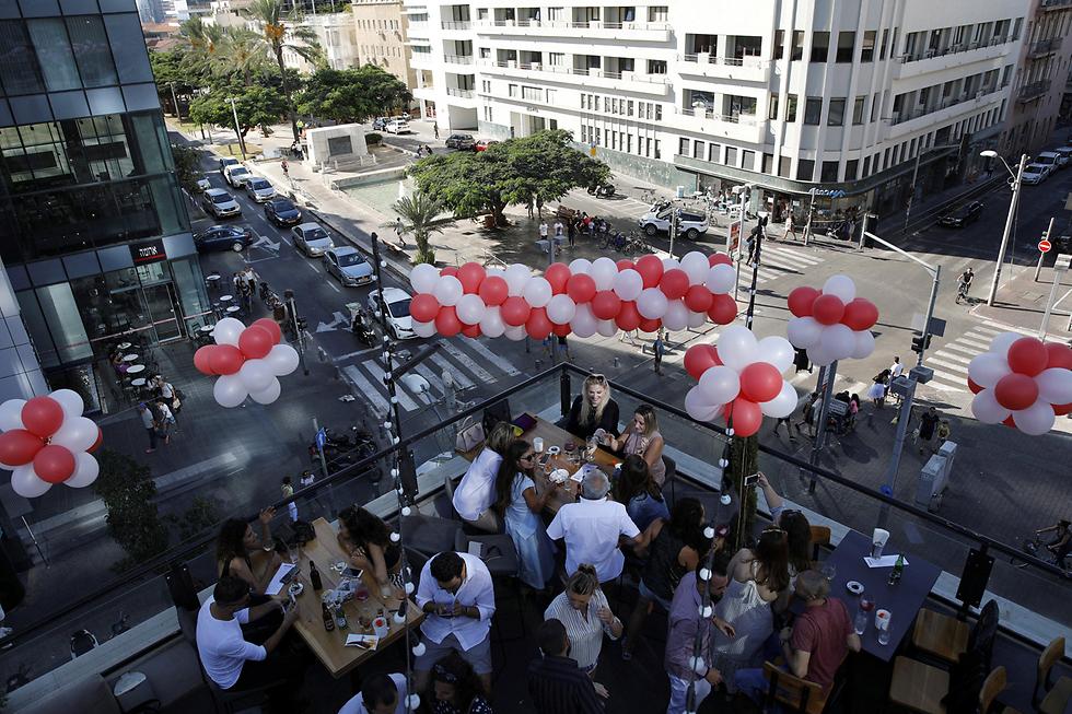 חגיגת יום הולדת על גג הבר Speakeasy בתל-אביב (צילום: רויטרס) (צילום: רויטרס)