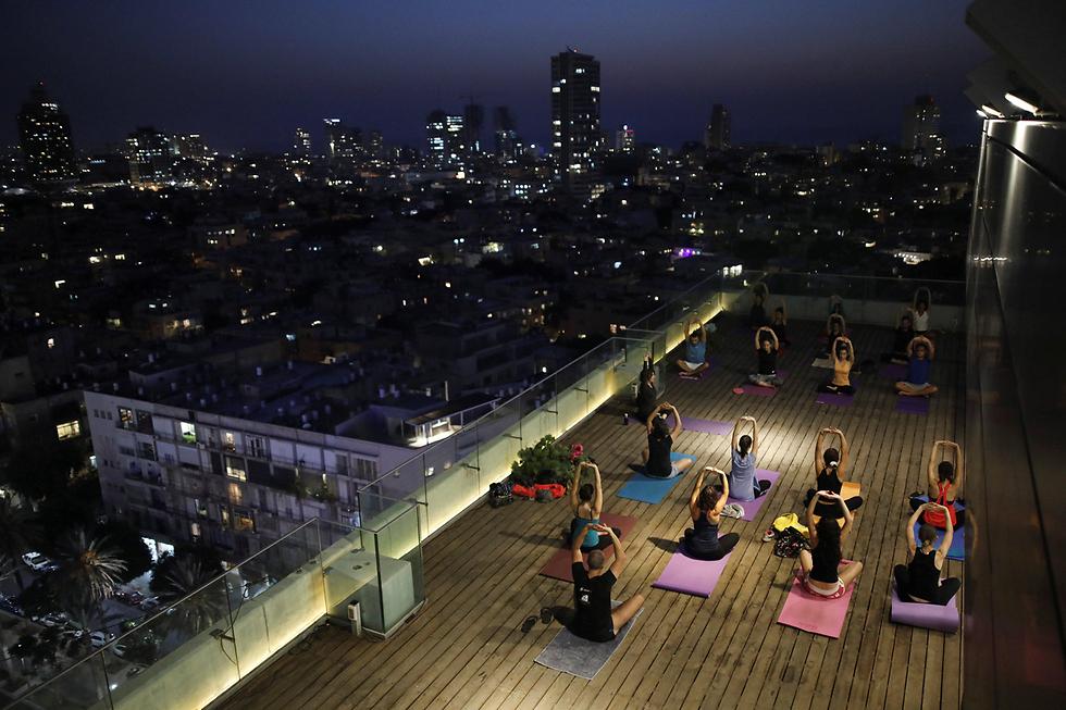 שיעור יוגה על גג עיריית תל-אביב (צילום: רויטרס) (צילום: רויטרס)