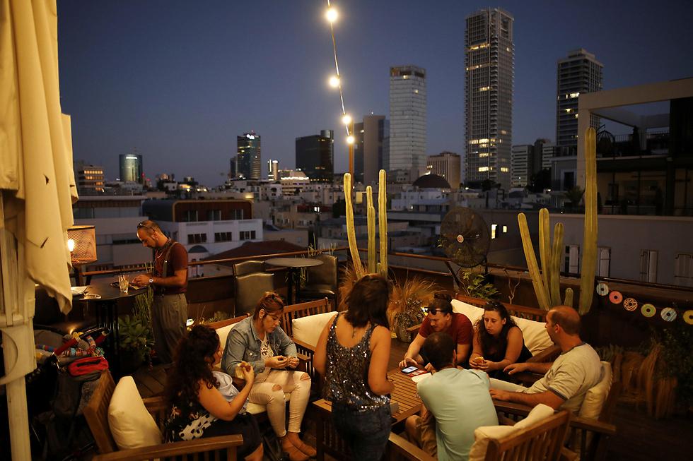מבלים על גג מלון בראון, שבו מופעל בר ונערכים אירועים (צילום: רויטרס) (צילום: רויטרס)