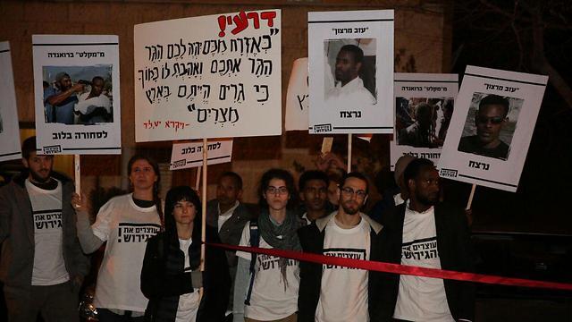 המפגינים מול ביתו של דרעי בירושלים (צילום: מולי גולדברג) (צילום: מולי גולדברג)