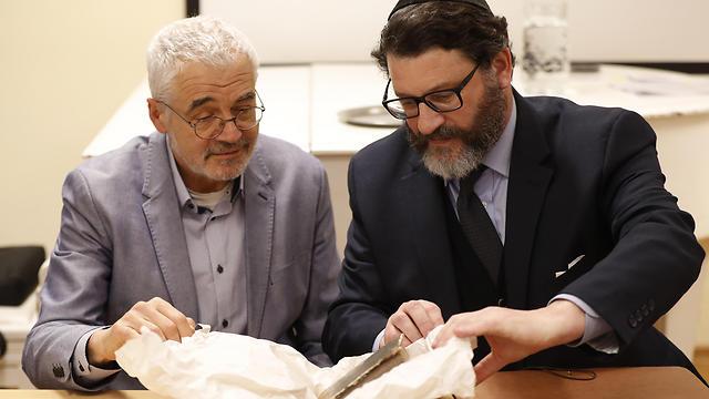 Auctioneer Kestenbaum (L) examining the tome with Jewish Museum Director Pavlat (Photo: AP)
