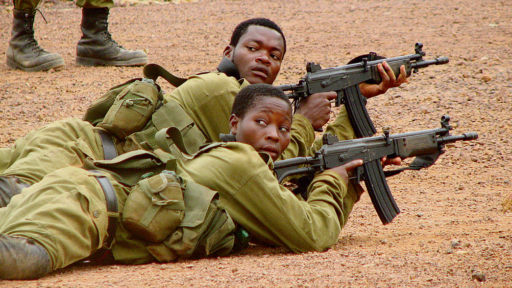 חיילי גינאה המשוונית מתאמנים בירי ובלוחמה בשטח בנוי