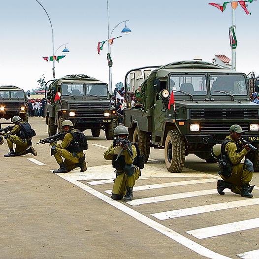 חיילים גינאים  לצד רכבי אביר  תוצרת ישראל