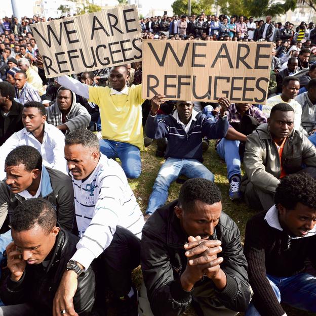 """הפגנת מבקשי מקלט בדרום תל־אביב. """"בעשור האחרון המרחב הדמוקרטי הצטמצם וזכויות המיעוטים נפגעו"""""""