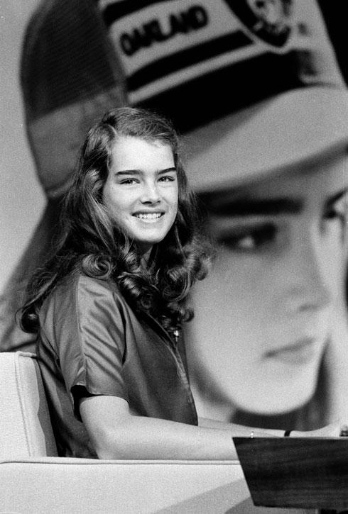 כמעט 40 שנה מאוחר יותר, היא עדיין פרסונה פעילה שמייצרת סביבה עניין. ברוק שילדס בת ה-14 בשנת 1979 (צילום: AP)