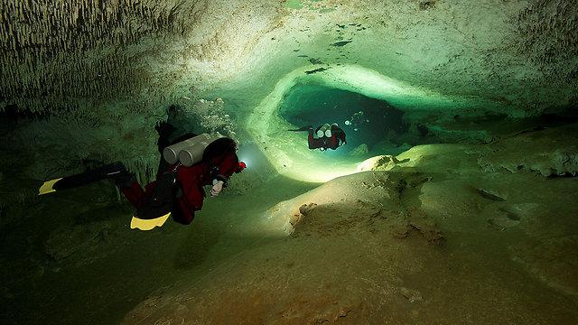צוללים אל המערה, בחצי האי יוקטן (צילום: רויטרס) (צילום: רויטרס)