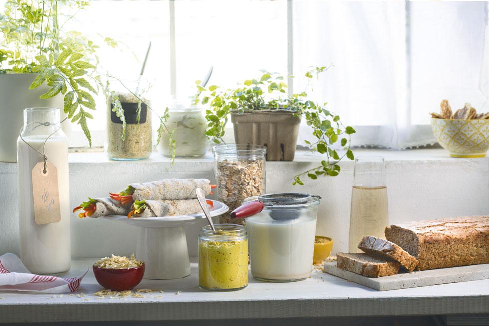 לחם כוסמין, מיונז טבעוני,  חלב שקדים וטופו. לקנות או לעשות? (צילום: דניאל לילה, סגנון: נעה קנריק)