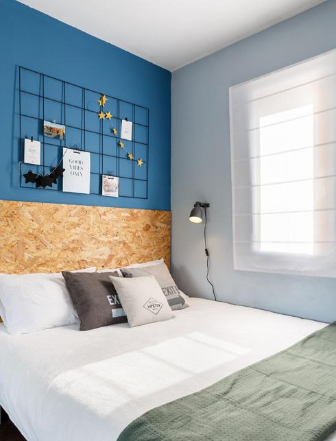 החדר של מישה מאוקראינה. רשת הברזל מעל המיטה משמשת כמתלה דקורטיבי לתמונות אישיות  (צילום: אורית ארנון)