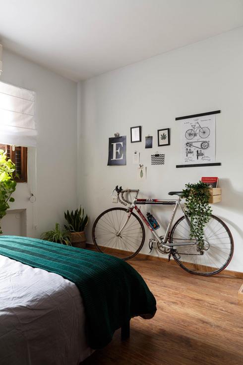 בחדר של אריק. צמחייה וטקסטיל ירוק  (צילום: אורית ארנון)