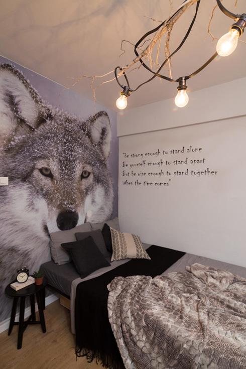 """חדרו של אלכסנדר. ''הכיתוב על הזאב הבודד מתאר אותי בדיוק"""" (צילום: נויה שילוני)"""