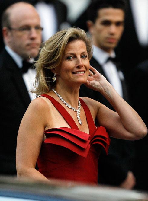 בשמלה אדומה ודרמטית של ברוס אולדפילד (צילום: AP)