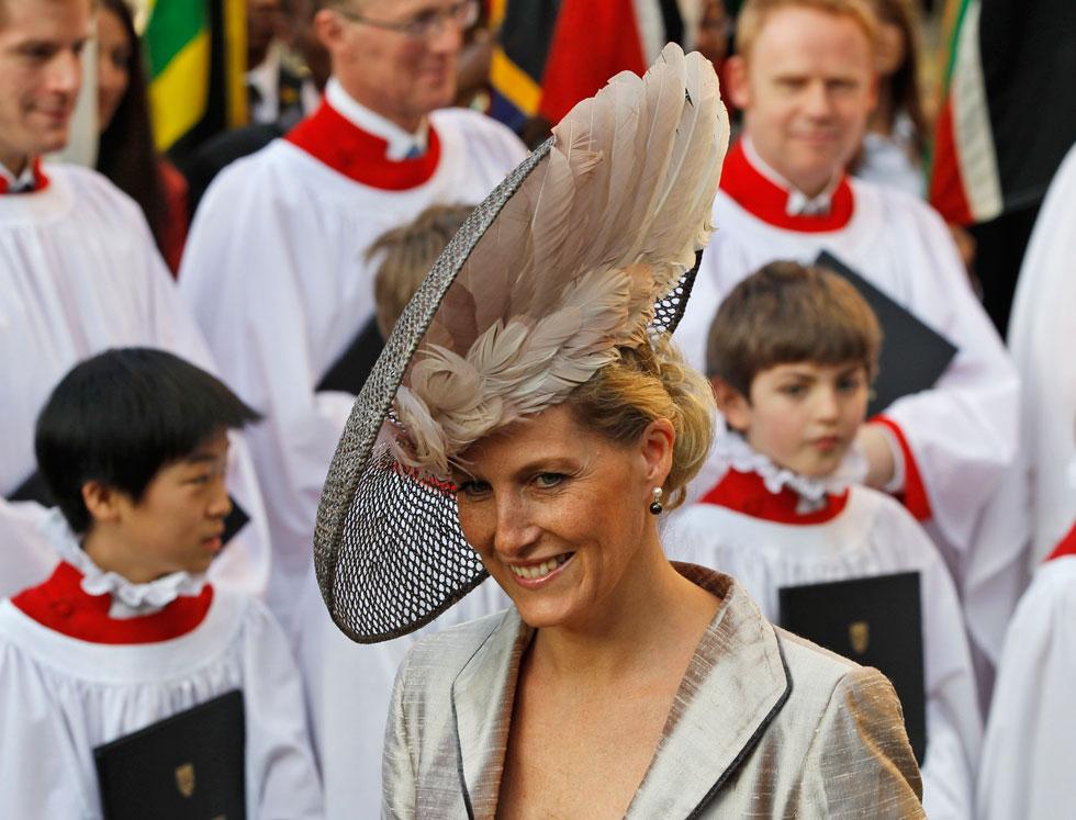 את הופעותיה האלגנטיות והמינימליסטיות שמתאימות היטב לגילה, מתבלת הרוזנת מווסקס בכובעים אקסטרווגנטיים שמאפשרים לה חופש יצירתי (צילום: AP)