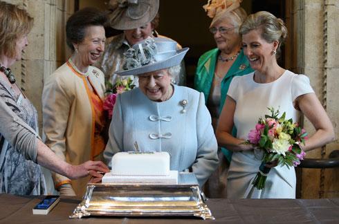 """""""היא כמו בת נוספת להוד מלכותה, הן קרובות כל כך"""", אמר אחד מהעוזרים בבית המלוכה (צילום: AP)"""