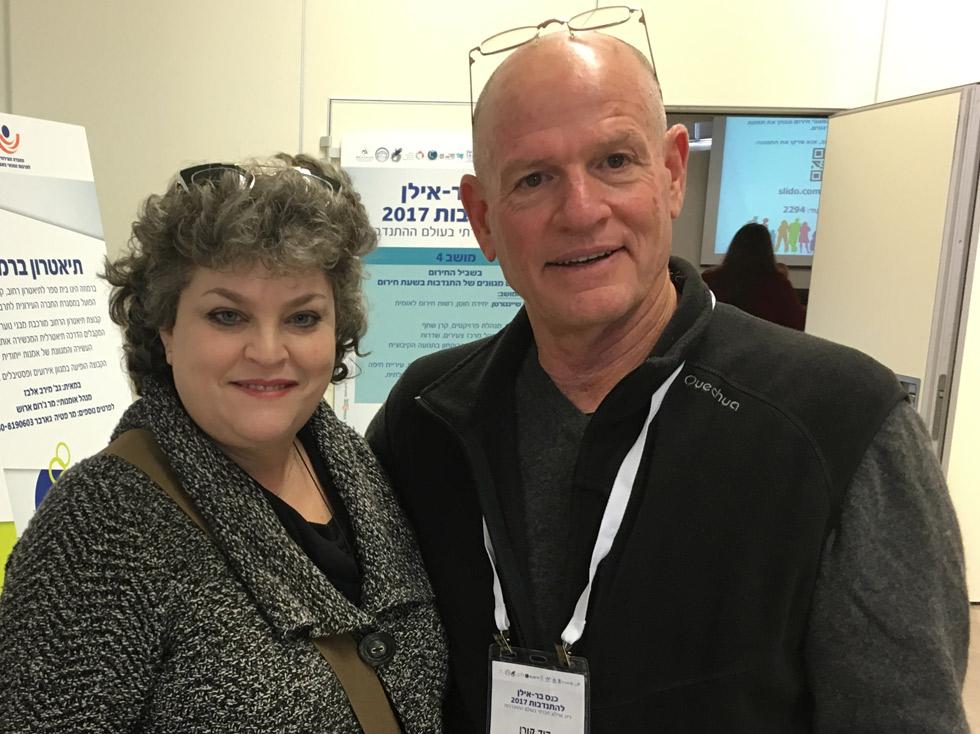 דויד קורן ותמי מרוז ממשרד הרווחה והשותפה של ערן לשירות לניצולי שואה ()