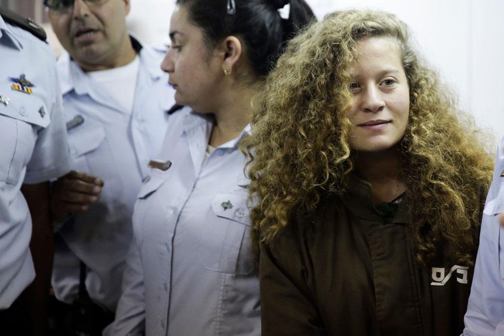 """""""אני לא יכולה לקבל את הפרס אחרי שצה""""ל עצר נערה בת 16 בשם עאהד תמימי בחודש שעבר, פעילה שעדיין נמצאת בכלא"""", כתבה עמאני אל-ח'טאטבה (צילום: AP)"""