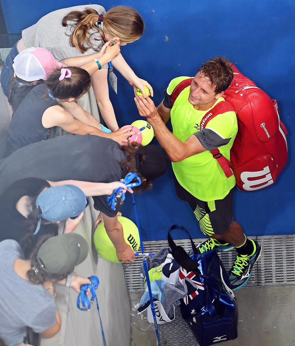 גיבור היום. טניס חותם למעריצים (צילום: EPA)