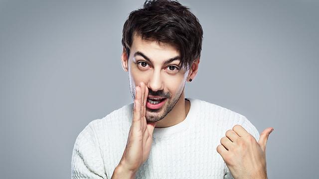 שמעתם את הרכילות האחרונה על יאיר? (צילום: Shutterstock) (צילום: Shutterstock)