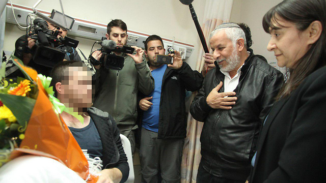 Raziel Shevah's parents meet with Yamam fighter hurt during operations to capture cell behind their son's murder (Photo: Zohar Shachar)
