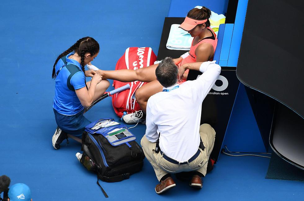 האמריקנית מקבלת טיפולים (צילום: AFP) (צילום: AFP)