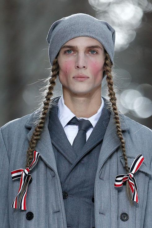 בתצוגה של תום בראון: שיער ראש עשיר וממזרי, כמחווה לתרבויות נכחדות (צילום: AP)