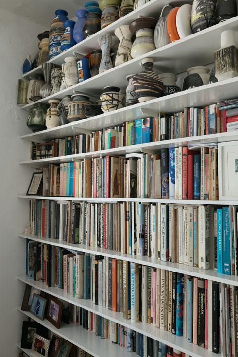 אדלר עובד במכון גתה לתרבות גרמנית, וגם שם הוא מוקף בספרים. מפעל ''נעמן'' מייצר היום בטורקיה ובסין (צילום: גדעון לוין)