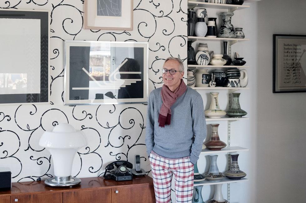 אדלר בביתו. בסלון נשמרת אחידות של צבעי שחור-לבן-אפור, כולל בכלי הקרמיקה (צילום: גדעון לוין)