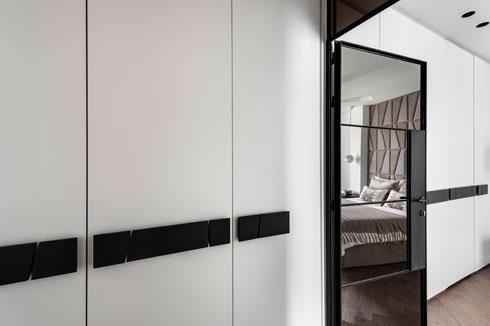 ארון הקיר במסדרון ממשיך מעבר לדלת בחדר השינה (צילום: עודד סמדר)