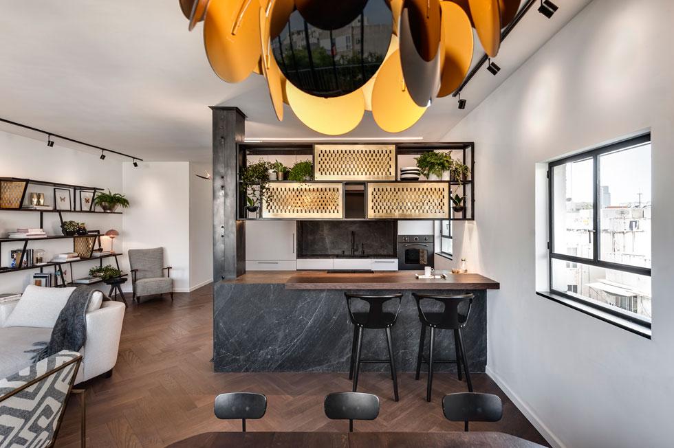 מבט מפינת האוכל אל המטבח. לצד האי שני כסאות בר  מסדרת In Between של חברת tradition&  (צילום: עודד סמדר)